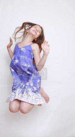 Photo pour Image studio de petite fille émotionnelle - image libre de droit