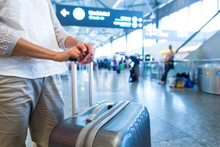 Photo pour Jeune passagère à l'aéroport, attendant son vol retardé - image libre de droit