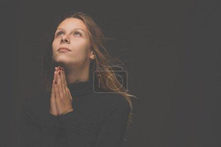 Photo pour Jeune femme priant à Dieu. Crise de la vie chrétienne prière au dieu. - image libre de droit