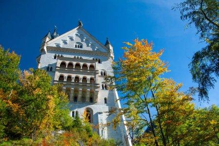 Photo pour 3 octobre, Fussen : Façade du célèbre château de Neuschwanstein en Bavière - image libre de droit