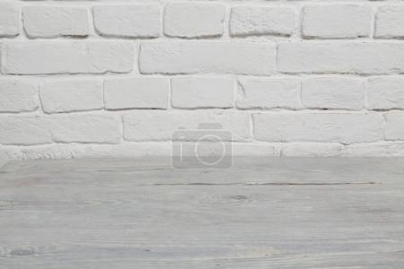 Foto de Fondo del piso de la vieja pared de ladrillo blanco y madera blanca - Imagen libre de derechos