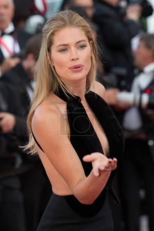 Photo pour Cannes, France - 11 mai 2016: Doutzen Kroes assiste à la première «Société Cafe» et le Gala d'ouverture au cours de la 69e Cannes Film Festival annuel au Palais des Festivals - image libre de droit
