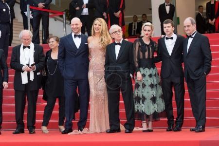 Photo pour Cannes, France - 11 mai 2016: Corey Stoll, Jesse Eisenberg, Blake Lively, Kristen Stewart, Woody Allen assister à la première «Société Cafe» et le Gala d'ouverture au cours de la 69e Cannes Film Festival annuel au Palais des Festivals - image libre de droit