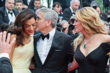 """Photo pour CANNES, FRANCE - 12 MAI : Amal Clooney, George Clooney, Julia Roberts assistent à la projection de """"Money Monster"""" au 69e Festival annuel du film de Cannes au Palais des Festivals le 12 mai 2016 à Cannes, France. - image libre de droit"""