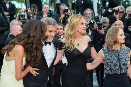 """Photo pour CANNES, FRANCE - 12 MAI : Amal Clooney, George Clooney, Julia Roberts, Jodie Foster assistent à la projection de """"Money Monster"""" au 69e Festival annuel du film de Cannes au Palais des Festivals le 12 mai 2016 à Cannes, France. - image libre de droit"""
