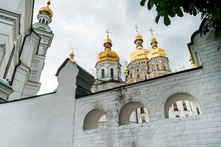 Photo pour Bâtiments et dômes d'or à Kiev Pechersk Lavra, Kiev, Ukraine - image libre de droit
