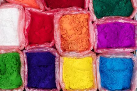 Photo pour Poudre colorée de rangoli à vendre sur le marché de rue de Katmandou, Népal - image libre de droit