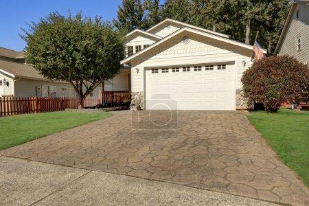 Photo pour À l'extérieur. Fermeture de la porte de garage et de l'allée avec tuile de pierre. Northwest, États-Unis - image libre de droit