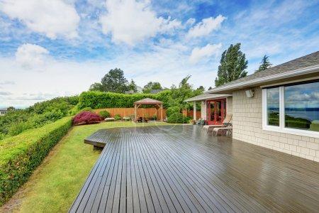 Photo pour Maison de luxe extérieure avec grande terrasse en bois et fond bleu ciel. Northwest, États-Unis - image libre de droit