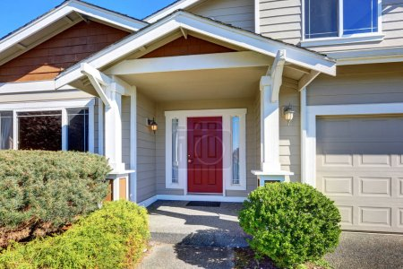 Photo pour Porche d'entrée avec porte rouge. Extérieur de la maison. Nord-Ouest, é.-u. - image libre de droit