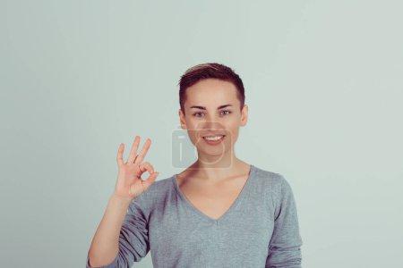 Photo pour Belle jeune femme montrant Ok signe isolé sur fond de mur blanc vert. Émotions humaines positives expression du visage langage corporel. Plan studio horizontal - image libre de droit