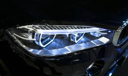 Photo pour Phares d'une voiture de sport moderne. Vue frontale de la voiture de sport de luxe. Détails extérieurs de voiture. Les phares avant de la voiture - image libre de droit