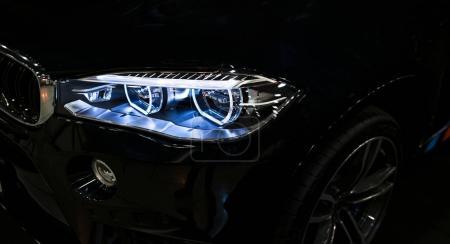 Photo pour Phare d'une voiture de sport moderne. Vue de face de la voiture sport de luxe. Détails extérieurs de voiture. Les feux avant de la voiture - image libre de droit