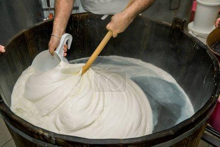 Produktion handgefertigte Herstellung von Mozzarella aus Bufala-Milch