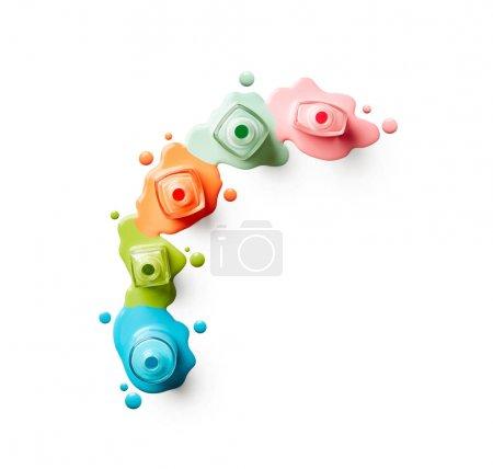 Photo pour Flacons de vernis à ongles renversés isolés sur fond blanc - image libre de droit