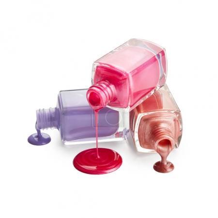 Flaschen mit verschüttetem Nagellack