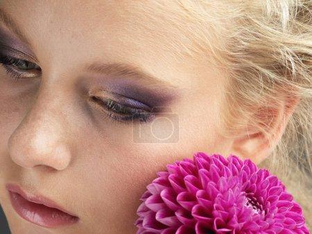 Photo pour Portrait de beauté avec une partie de fleur pourpre - image libre de droit