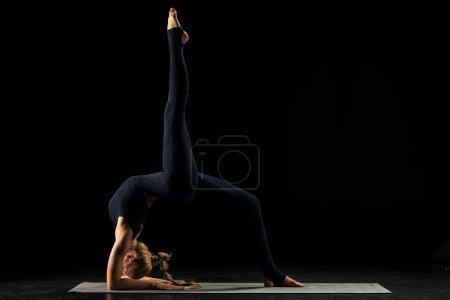 Frau in Yoga-Stellung