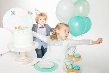 Enfants célébrant leur anniversaire