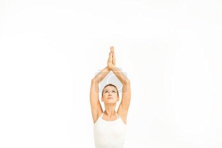Photo pour Femme pratiquant le yoga dans la pose de yoga facile (Sukhasana) avec Namaste mudra geste isolé sur blanc - image libre de droit