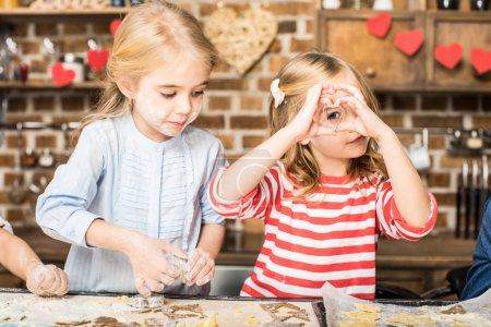 Kinder backen Plätzchen
