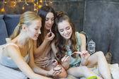 A nők a kozmetikumok használata