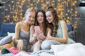 ženy pomocí smartphone