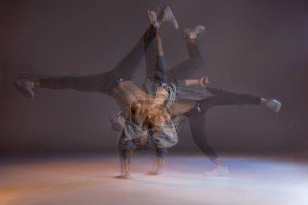 Foto de Plano secuencia de guapo atlético joven bailando - Imagen libre de derechos