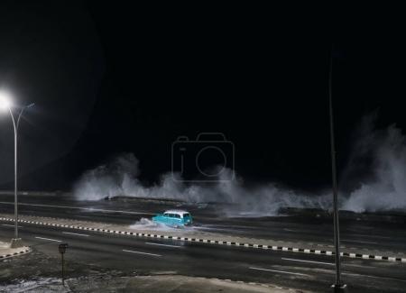 Photo pour Voiture de conduite sur route inondée à La Havane, Cuba - image libre de droit