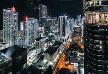 Photo pour Illuminé Miami dans la nuit, États-Unis - image libre de droit