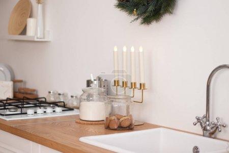 Photo pour Cuisine de Noël lumineuse. Intérieur de la cuisine. Décoration de vacances. Chaleur et confort dans la maison - image libre de droit