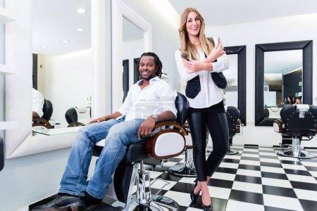 Barber und client in salon or shop