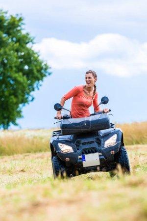 Photo pour Femme de conduite hors route avec motos quad ou VTT - image libre de droit