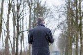 Szomorú és magányos férfi gyaloglás