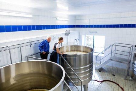 Photo pour Brasseur et femme dans la brasserie visite guidée - image libre de droit