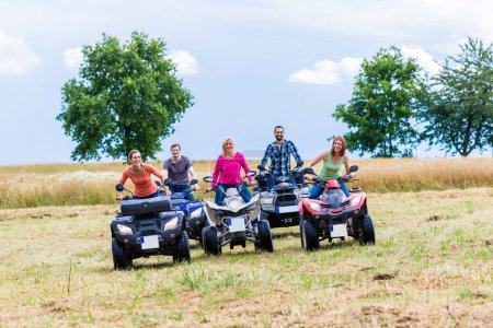 Photo pour Amis de conduite hors route avec motos quad ou VTT - image libre de droit