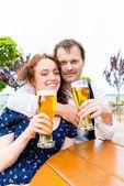 Muž a žena pije pivo