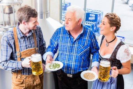 Photo pour Brasseur et couple dans la brasserie visite guidée près de la brasserie - image libre de droit