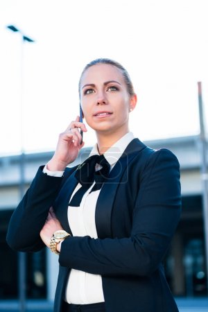femme d'affaires, parler sur smartphone