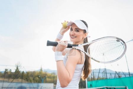 Photo pour Femme jouant au tennis ayant une pause du match - image libre de droit