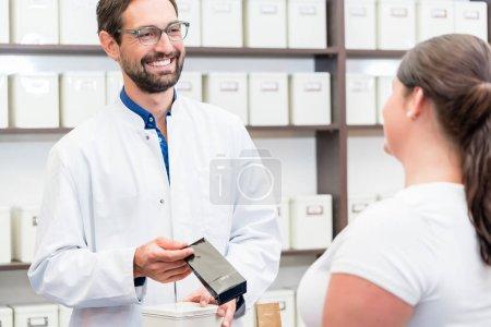 Foto de Mujer de compras medicamentos alternativos en tienda de Herbolario - Imagen libre de derechos