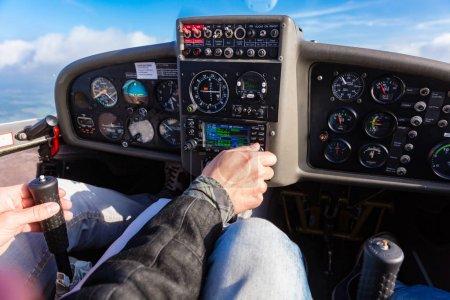 Photo pour Pilote pilotant un avion de sport privé à l'aide du manche - image libre de droit