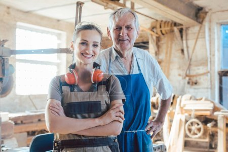 Schreinermeister mit Enkelin in der Holzwerkstatt