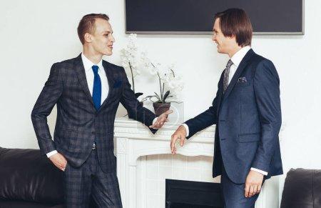 partenaires commerciaux discutent d'un nouveau projet commun dans la salle de négociation