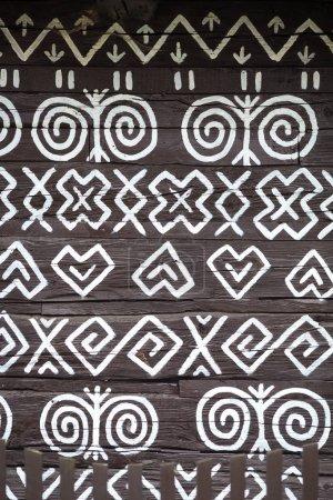 Photo pour Cicmany, Slovaquie - 02 août 2015 : Vieilles maisons en bois dans le village slovaque Cicmany, peinture traditionnelle blanche. Cicmany, Slovaquie - image libre de droit