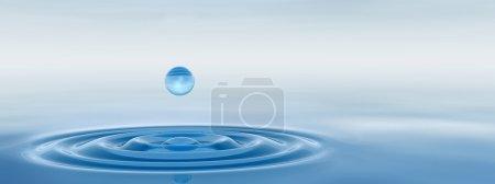 Tropfen fallen ins Wasser