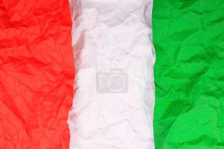 Foto de Libro verde rasgada sobre papel rojo - Imagen libre de derechos