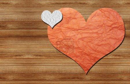 Photo pour Deux cœurs en papier sur un mur en bois - image libre de droit