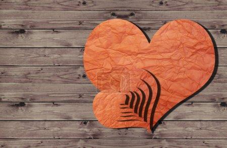 Photo pour Cœurs en papier sur un mur en bois - image libre de droit