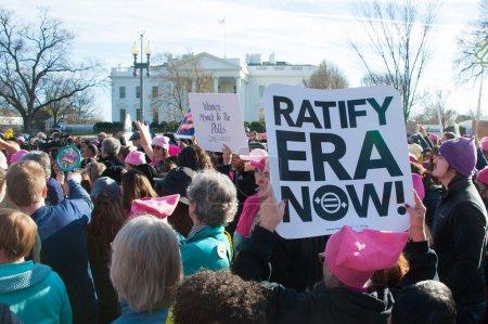Photo pour Washington, 20 janvier 2018: Manifestants rallye à l'appui de droits womens et exhorter l'Amérique de vote aux démocrates lors des élections de mi-mandat de 2018 à la marche de Womens sur 20 janvier 2018 à Washington, Dc - image libre de droit